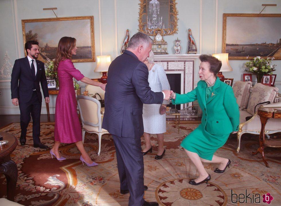 Abdalá, Rania y Hussein de Jordania saludan a la Reina Isabel y la Princesa Ana