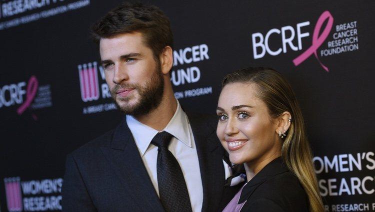 Miley Cyrus y Liam Hemsworth posan en un evento benéfico contra el cáncer de la mujer