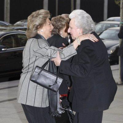 Pitita Ridruejo saludando a la Infanta Pilar de Borbón