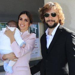 Elena Furiase y Gonzalo Ramos con su hijo Noah el día de su bautizo