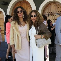 Rosario y Lolita Flores en el bautizo del hijo de Elena Furiase y Gonzalo Sierra