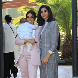 Elena Furiase y su prima Alba Flores con Noah tras el bautizo