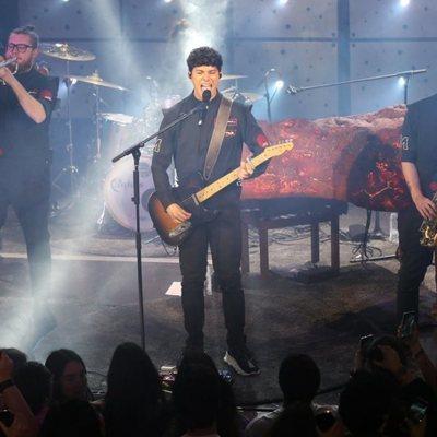 Alfred García durante su concierto en Madrid dándolo todo