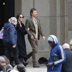 Alicia Vikander y Michael Fassbender dando un paseo por París