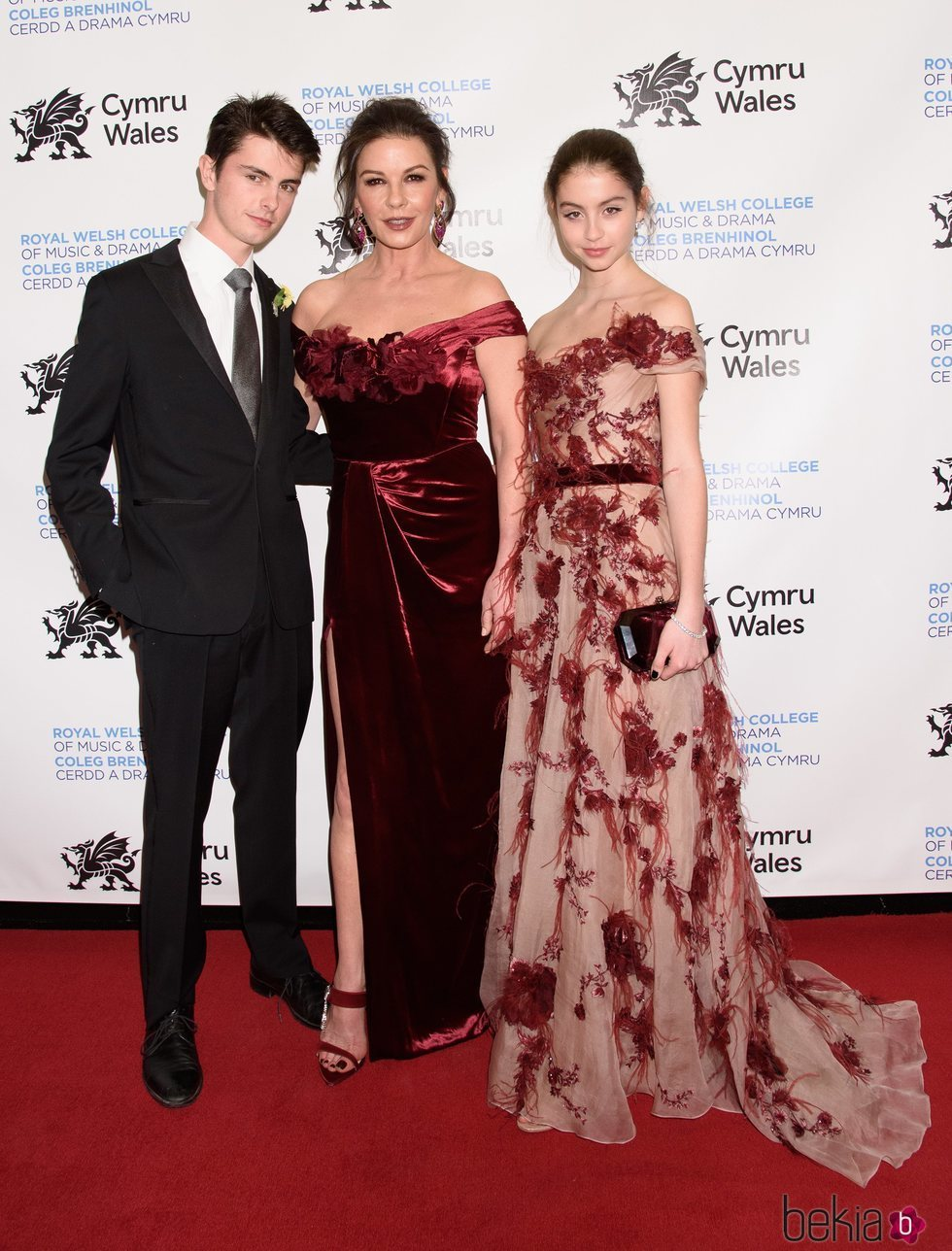 Catherine Zeta-Jones, Dylan Michael Douglas y Carys Zeta Douglas en la Gala del Día Nacional de Gales