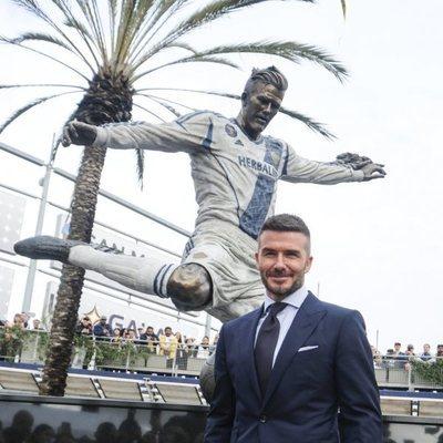 David Beckham posa junto a su estatua