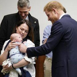 El Príncipe Harry con un bebé en el Hospital Reina Isabel de Birmingham