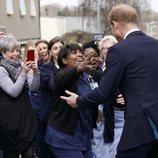 El Príncipe Harry saluda a una mujer en Birmingham