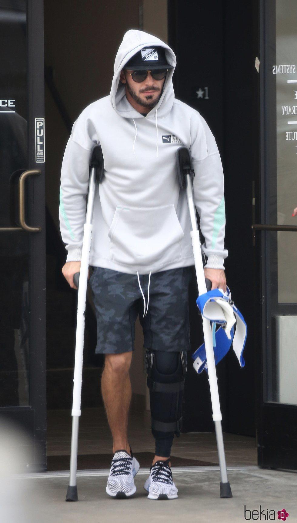 Zac Efron sale del hospital tras su operación de rodilla