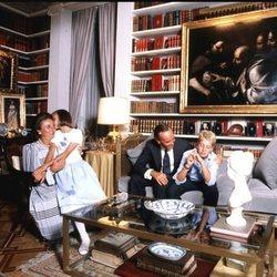 La Infanta Margarita y Carlos Zurita con sus dos hijos en su piso de Madrid