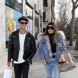 Daniel Illescas y Laura Matamoros paseando juntos por las calles de Madrid