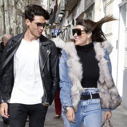 Laura Matamoros y Daniel Illescas paseando por las calles de Madrid
