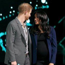El Príncipe Harry mirando con ternura a Meghan Markle en el WE Day