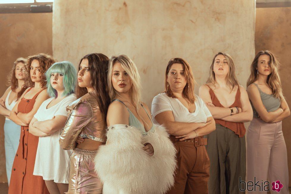 Lucía y Natalia Gil, Marina Jade, Erika Yasmina y demás mujeres en el videoclip de #LOQUEESNUESTRO