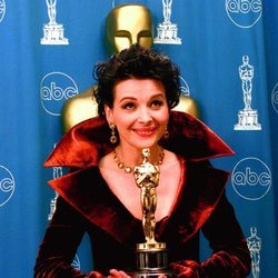 Juliette Binoche con el Oscar a Mejor Actriz por 'El Paciente inglés'