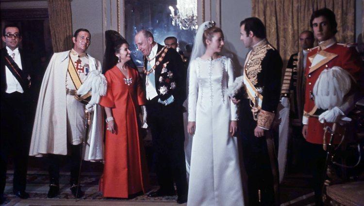 Carmen Martínez-Bordiú y Alfonso de Borbón posan con su familia el día de su boda