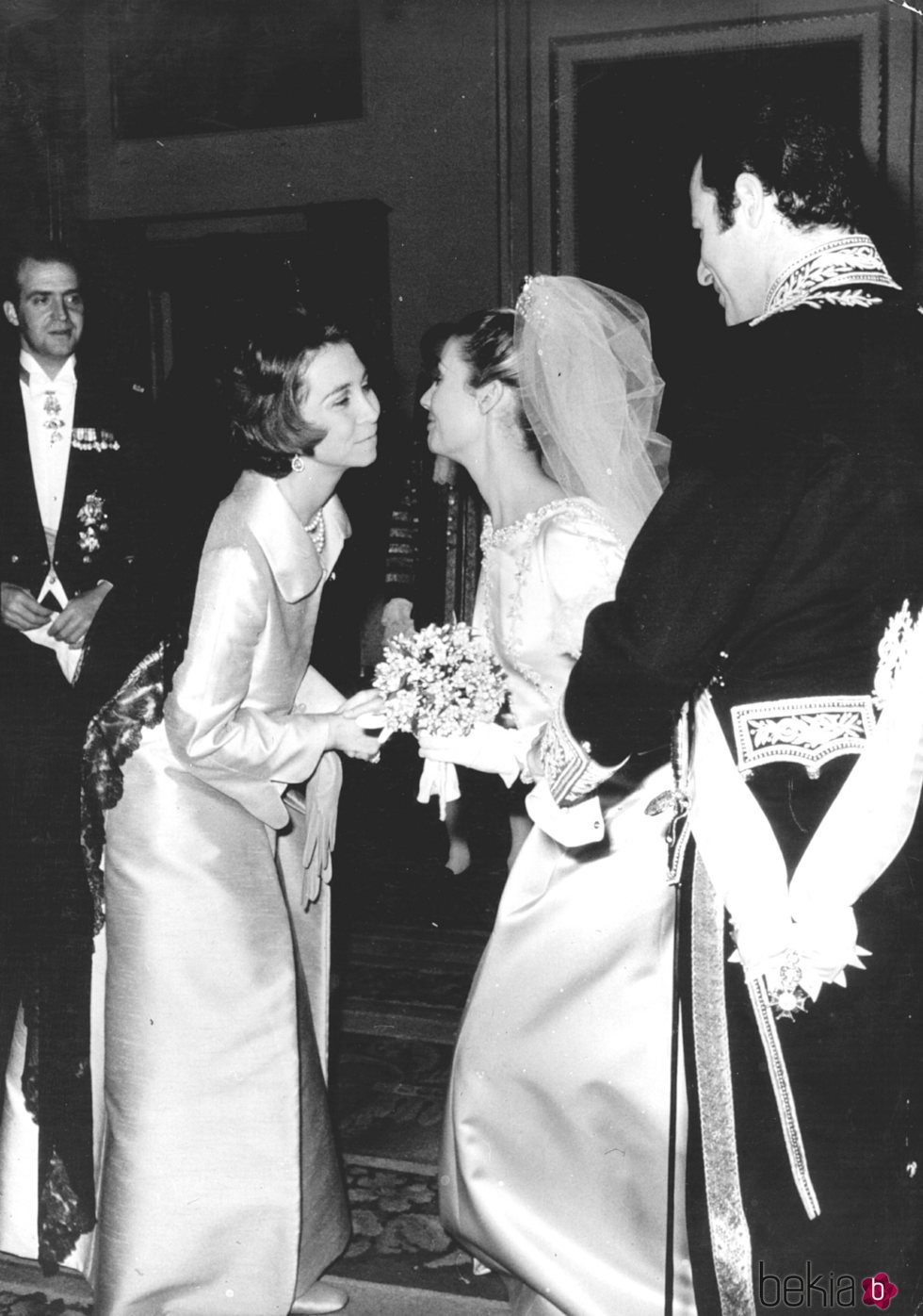 Don Juan Carlos y Doña Sofía saludando a Carmen Martínez-Bordiú y Alfonso de Borbón el día de su boda