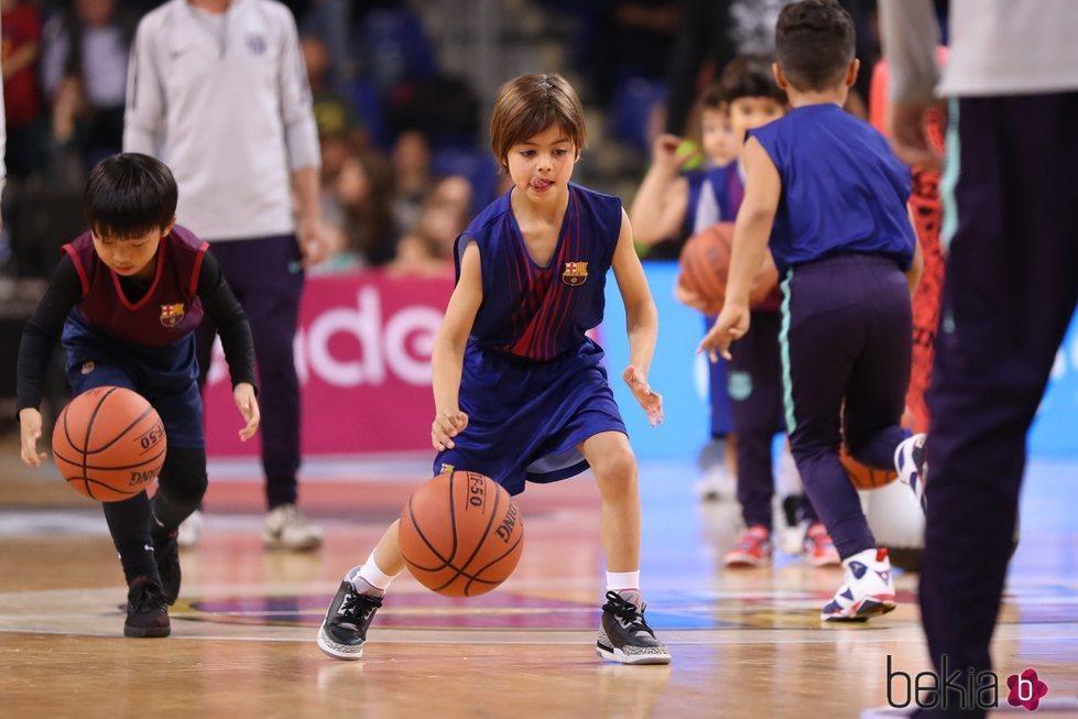 Milan Piqué jugando con una pelota de baloncesto