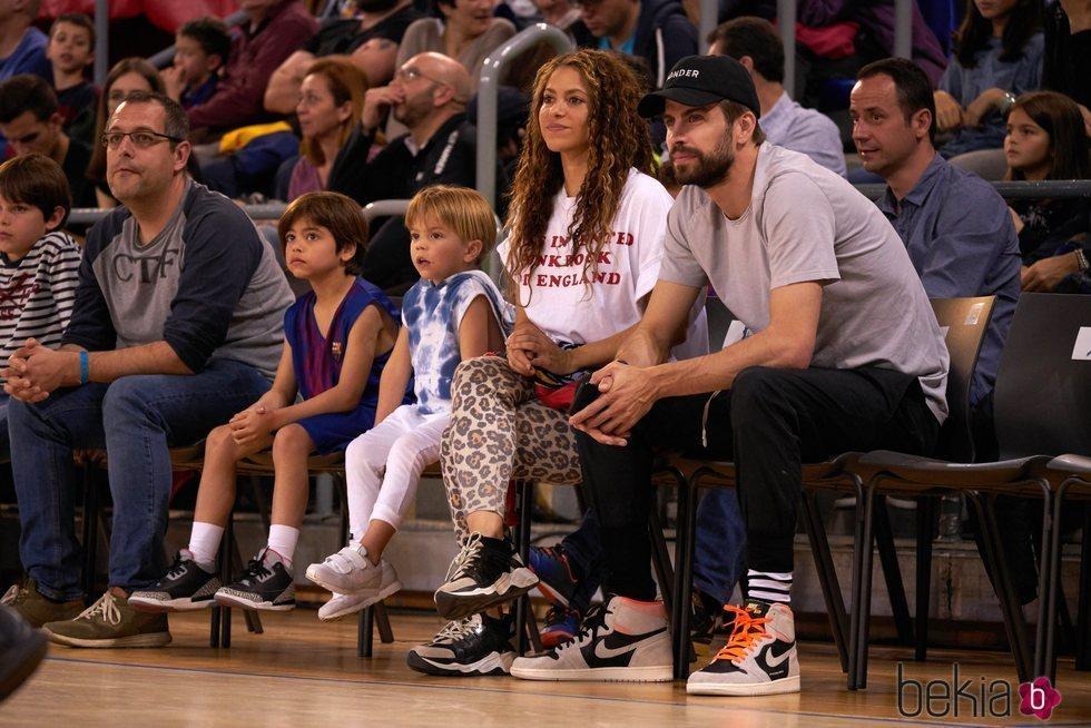 Shakira y Gerard Pique con sus hijos viendo un partido de baloncesto