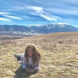 Shakira tumbada en el campo