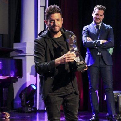 Pablo López recibe el premio Canal Fiesta