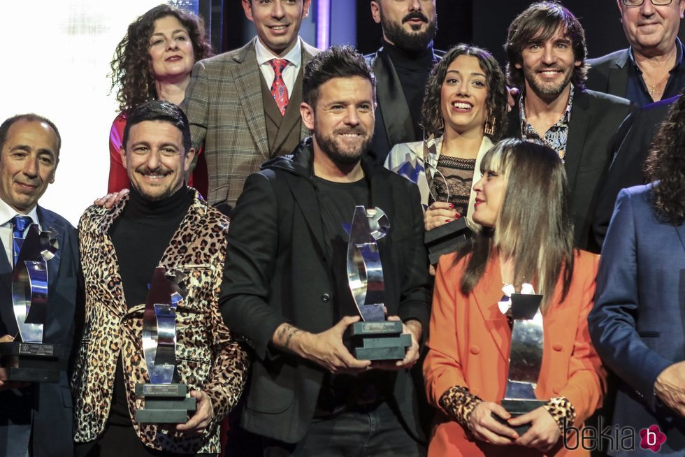 Pablo López posa con su premio Canal Fiesta