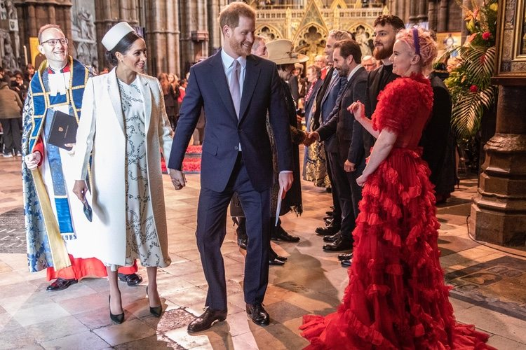 El Príncipe Harry y Meghan Markle con Grace Chatto de Clean Bandit en el Día de la Commonwealth 2019