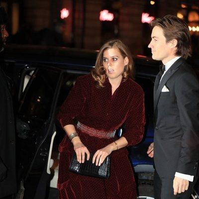 Beatriz de York sale del coche en el que viajaba con Edoardo Mapelli Mozzi en la National Portrait Gallery Gala