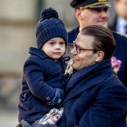Daniel de Suecia con su hijo Oscar en el Día del Nombre en honor a Victoria de Suecia