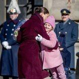 Victoria de Suecia y su hija Estela se abrazan en el Día del Nombre en honor a Victoria de Suecia