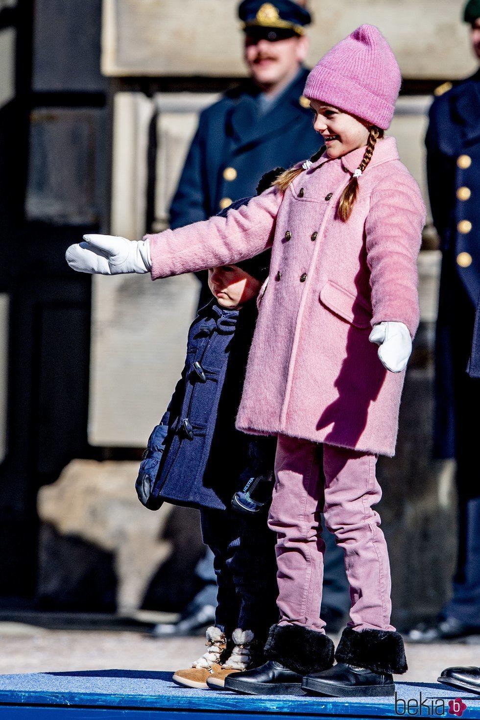 Estela de Suecia, muy simpática junto a Oscar de Suecia en el Día del Nombre en honor a Victoria de Suecia