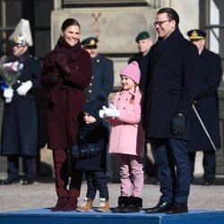 Victoria y Daniel de Suecia con la Princesa Estela y el Príncipe Oscar en el Día del Nombre en honor a Victoria de Suecia