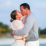 Jennifer Lopez y Alex Rodríguez besándose tras haberse comprometido