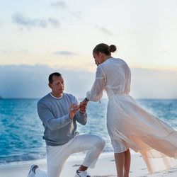 Alex Rodríguez pidiendo matrimonio a Jennifer Lopez en una playa de Bahamas