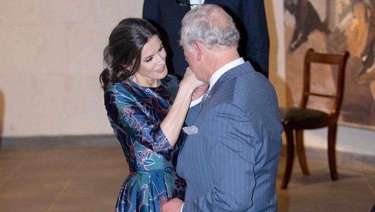 La Reina Letizia y el Príncipe Carlos saludándose con mucho cariño en la inauguración de la Exposición 'Sorolla: Spanish Master of Light'