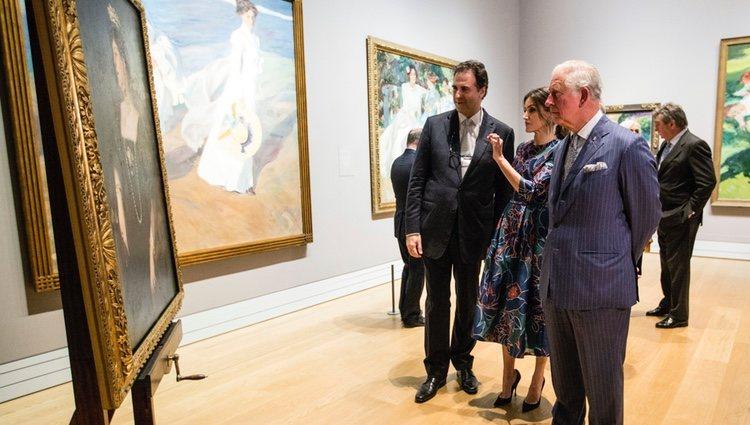 La Reina Letizia y el Príncipe Carlos ante un retrato de la Reina Victoria Eugenia en la inauguración de la Exposición 'Sorolla: Spanish Master of Light'