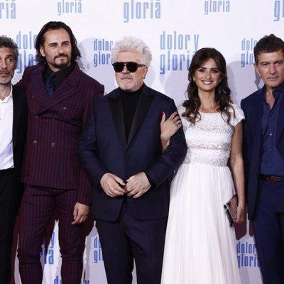 Leonardo Sbaraglia, Penélope Cruz, Pedro Almodóvar, Antonio Banderas y Asier Exteandía en la alfombra roja de 'Dolor y gloria'