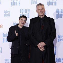 Eva Hache y Jöns Andrés Papila en la alfombra roja de 'Dolor y gloria'