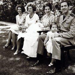 Los Reyes Constantino y Ana María de Grecia posan con sus hijos Alexia y Pablo en compañía de la Reina Federica y la Princesa Irene