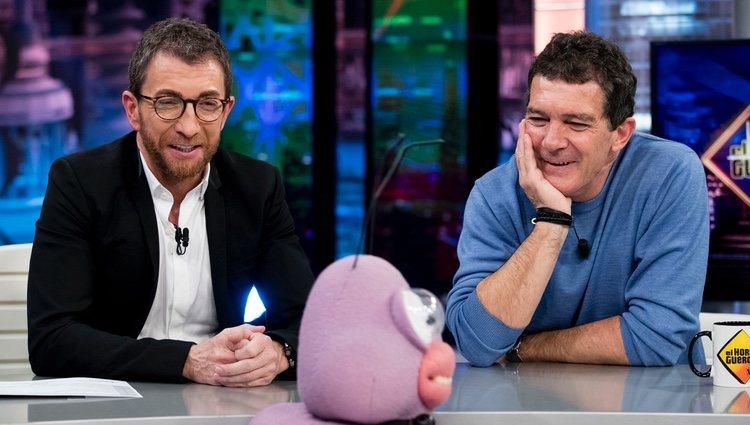 Antonio Banderas con Pablo Motos en 'El Hormiguero' presentando 'Dolor y gloria'