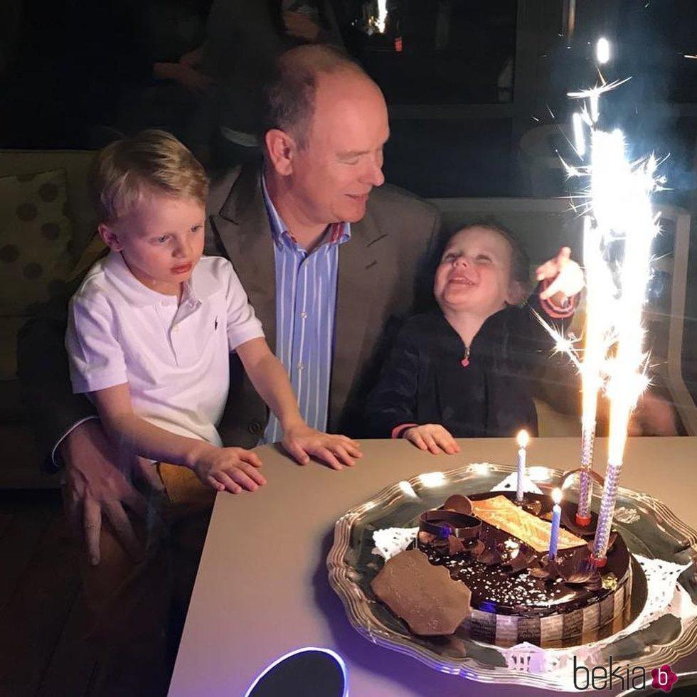 Alberto de Mónaco celebra su 61 cumpleaños con sus hijos Jacques y Gabriella