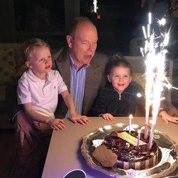 Alberto de Mónaco sopla las velas de su tarta junto a sus hijos Jacques y Gabriella