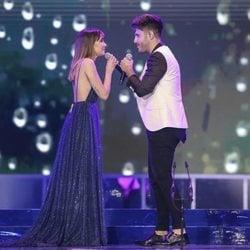 Aitana Ocaña y Antonio José cantando en los Premios Cadena Dial 2019