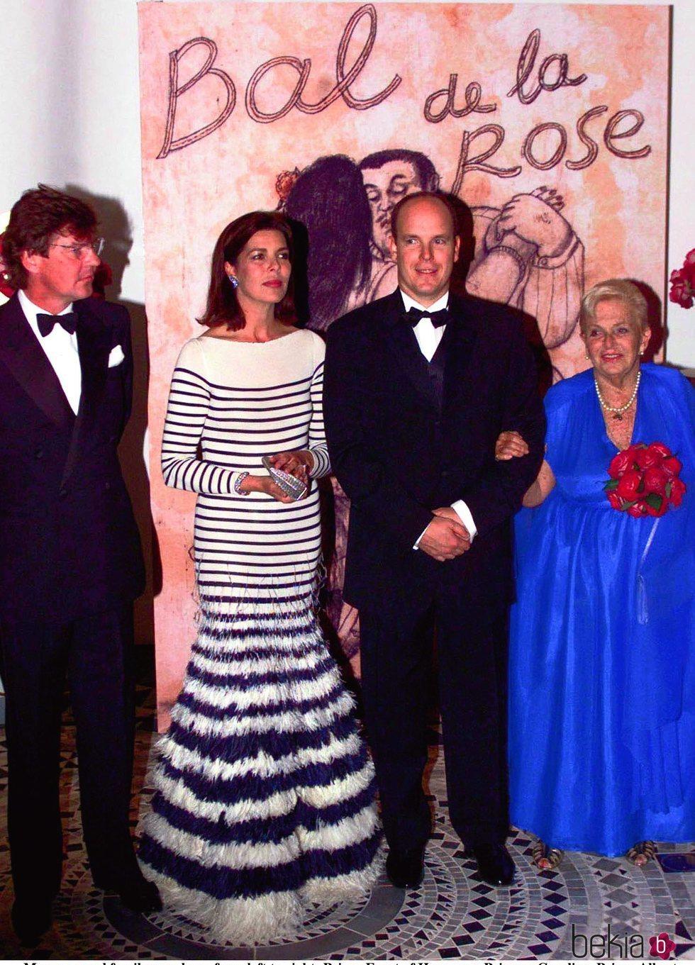 El Príncipe Alberto, la Princesa Carolina, la Princesa Antoinette y Ernesto de Hannover en el Baile de la Rosa 2000