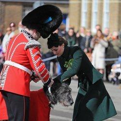 Kate Middleton pone el trébol a la mascota de la Guardia irlandesa