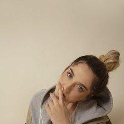 Lola Índigo en la imagen promocional de su canción 'El humo'