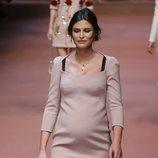 Bianca Balti desfilando embarazada para Dolce&Gabanna en 2015