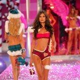 Bianca Balti desfilando para Victoria's Secret en el año 2005