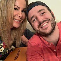 Álex Lequio celebrando el cumpleaños de su madre Ana Obregón