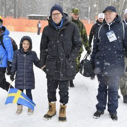 Daniel de Suecia y su hija Estela de Suecia en el campeonato mundial de biatlón en Östersund